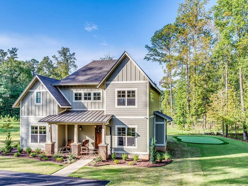 New Home * RTJ Golf Trail - 4 Suites, 8 Queen Beds, 5 TV's, Putting Green...WOW!, holiday rental in Opelika