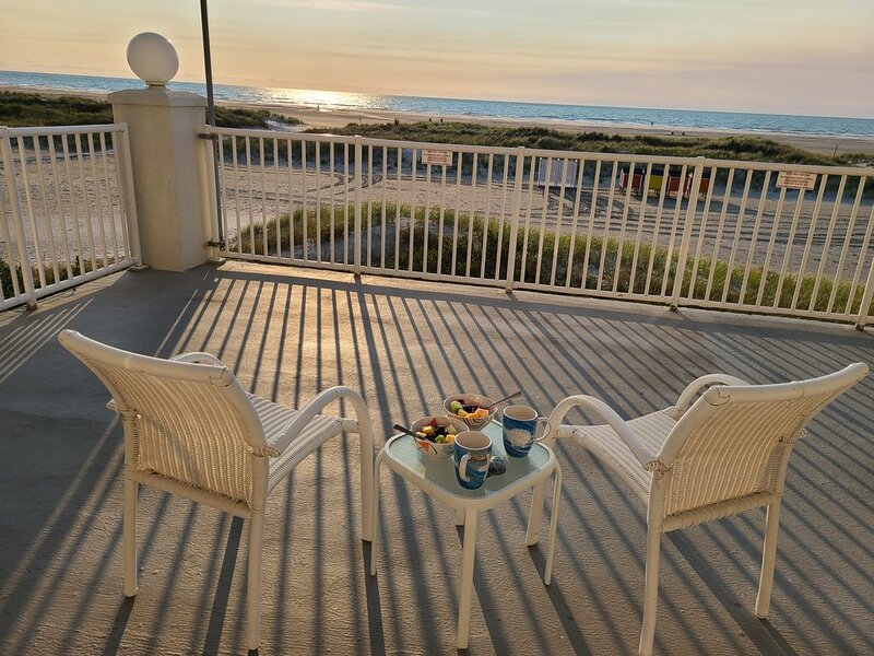 Sunrise Ocean Front Condo  *End Unit*   Steps from the Beach,  open year round., aluguéis de temporada em Wildwood Crest