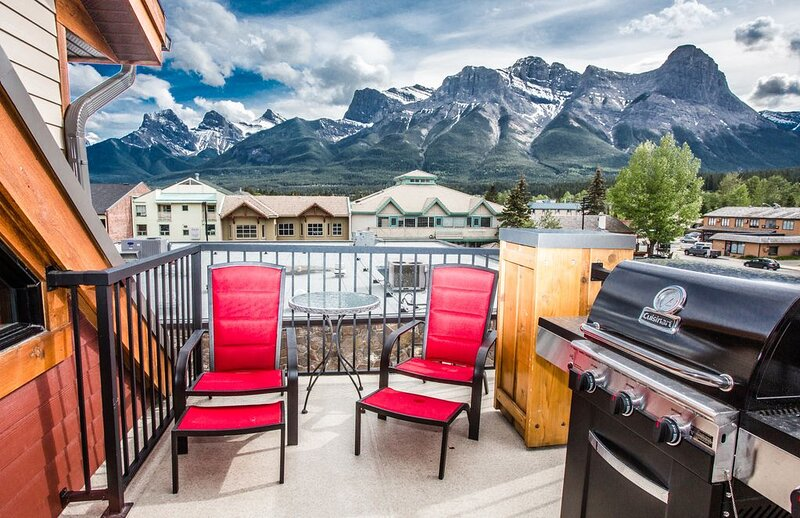 Uninterrupted views of the Canadian Rockies, holiday rental in Harvie Heights