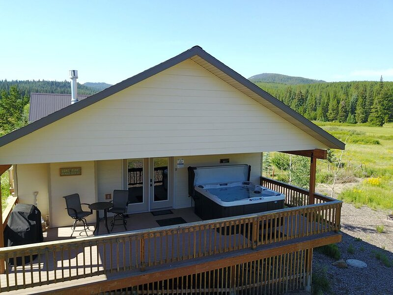 Lone Pine Lodge w/ Picture Perfect Views of Lionshead from 6-Person Hot Tub, holiday rental in West Yellowstone