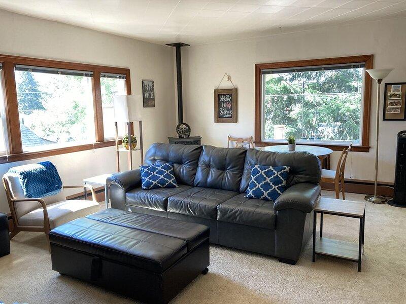 your Suite in Spokane. full kitchen and huge deck, location de vacances à Mica