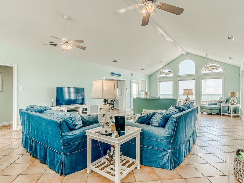 Gulf-front home features incredible views w/beach access!, alquiler de vacaciones en Fort Morgan