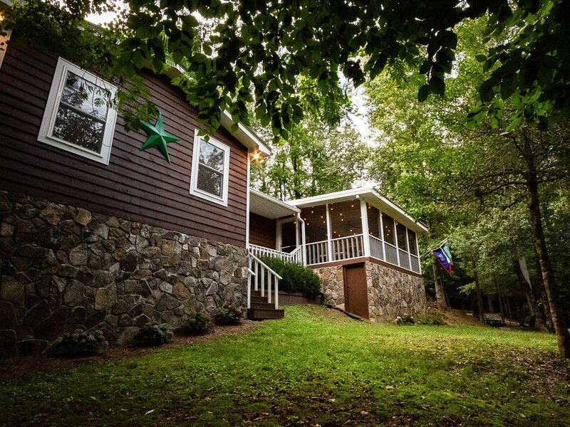 North GA mountain cottage within a few hundred yards of historic Lake Burton., holiday rental in Clayton