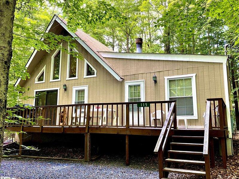 Pocono retreat, arrowhead lake beautiful chalet, holiday rental in Bear Creek