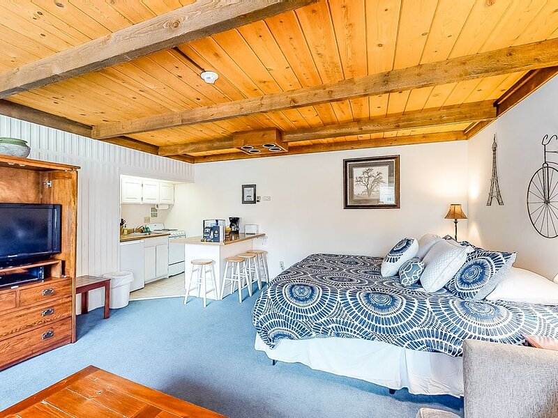 Cozy studio w/new king bed & access to skating rink, Pavilion & more!, holiday rental in Sun Valley