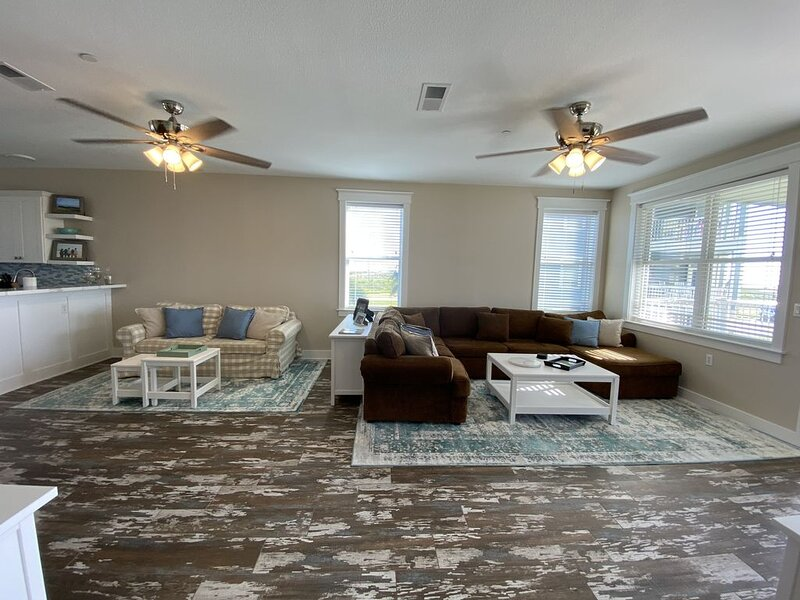 Recently Renovated Beautiful Bayside / Poolside Condo with Amazing Sunsets, holiday rental in Jamaica Beach