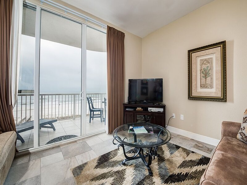 4th Floor Inviting Condo w/ Gulf-Front Balcony, On-Site Pool, On The Beach, location de vacances à Perdido Key