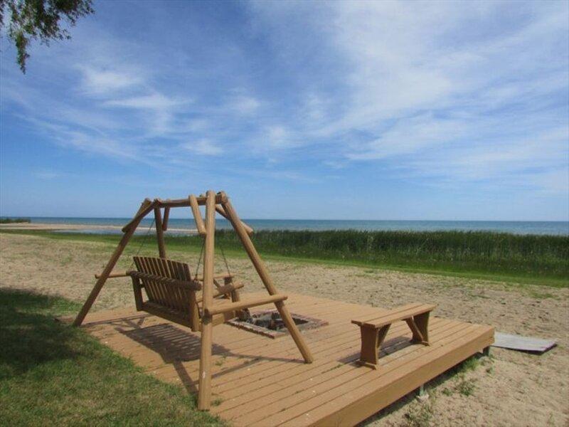 Lake Huron - 3 bedroom, 2 Bath Lake Front Condo - (Sleeps 10), Ferienwohnung in Harrisville