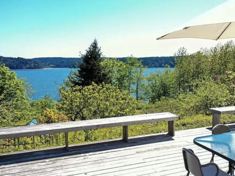 Pet friendly! Modern Lilliwaup Home on 22 acr with view & beach access., alquiler de vacaciones en Lilliwaup