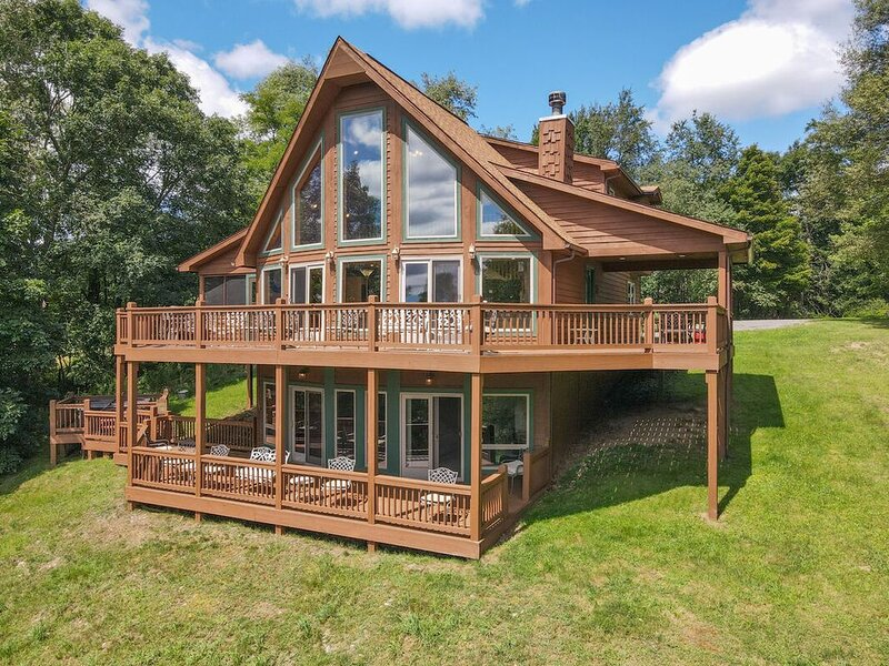 DOGS WELCOME! Lake Access Home w/Hot Tub, Fire Pit, Pool Table, & 2 Fireplaces!, location de vacances à Oakland