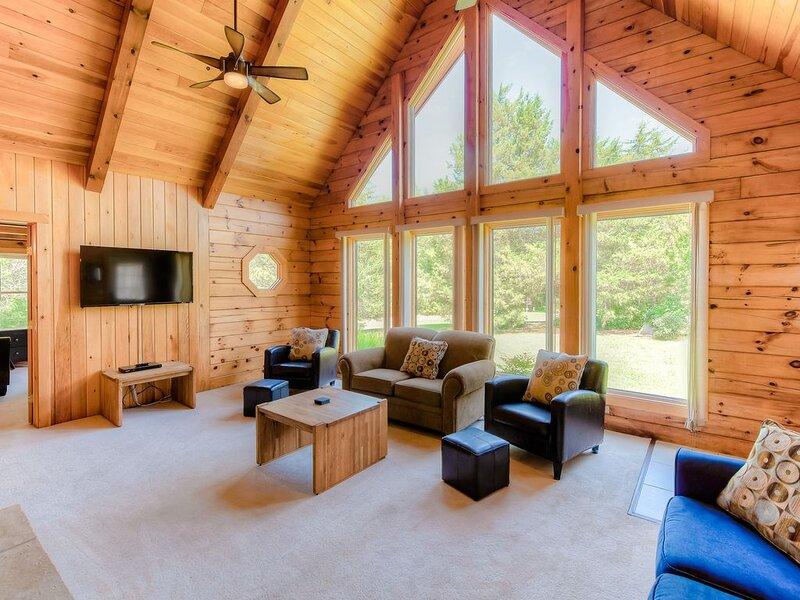 Three-story dog-friendly house w/large deck, wood swing, firepit, lawn, & more – semesterbostad i Gordonsville