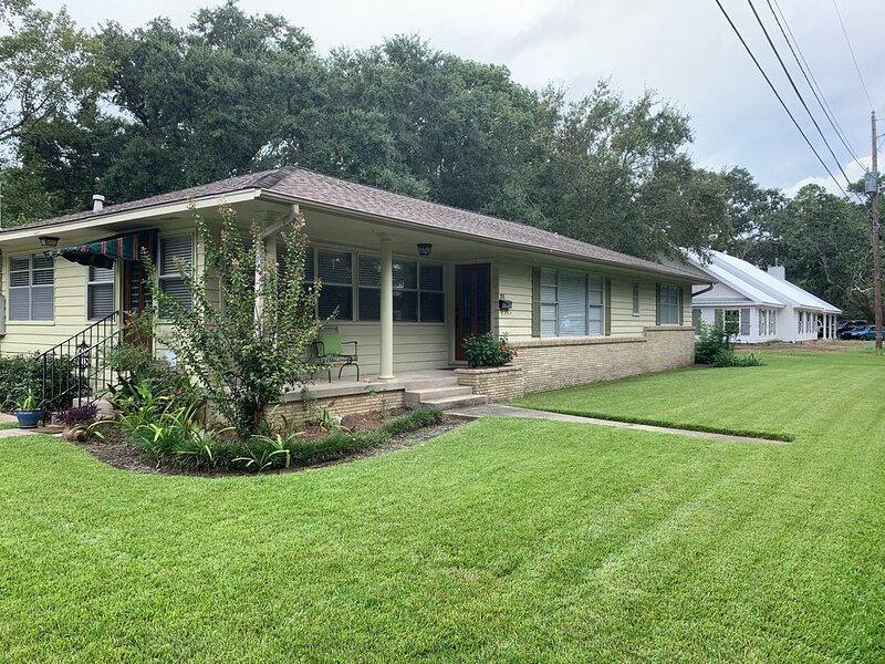 A lovely family home in old O.S. area a block from beach and near downtown area., holiday rental in Ocean Springs