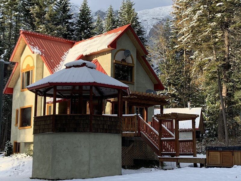 Private mountain home with hot tub nestled in the kapistro basin, vacation rental in Graham Island