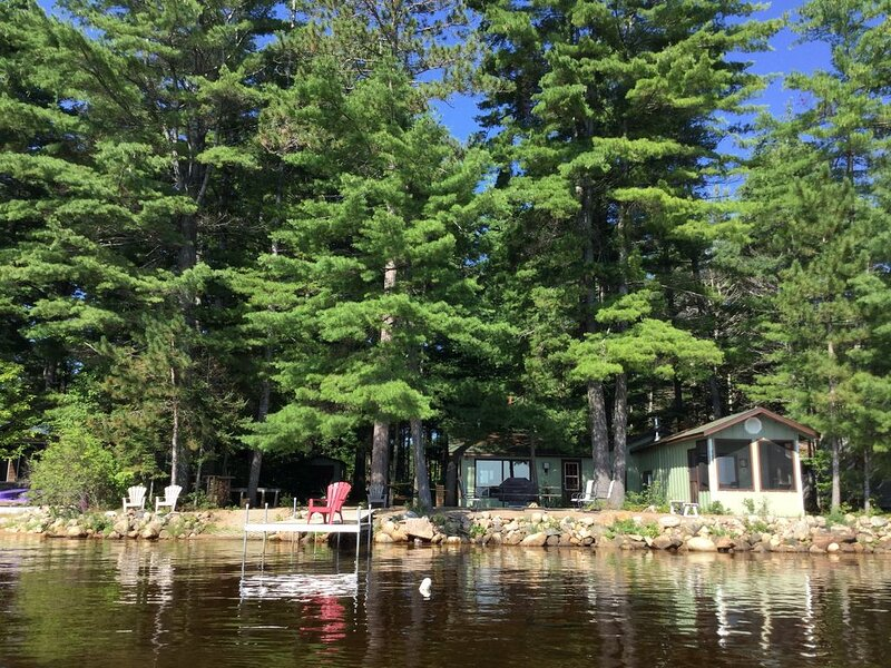 Round Lake Family Cottage, near Bonnechere, Foy and Algonquin Provincial Parks, Ferienwohnung in Golden Lake