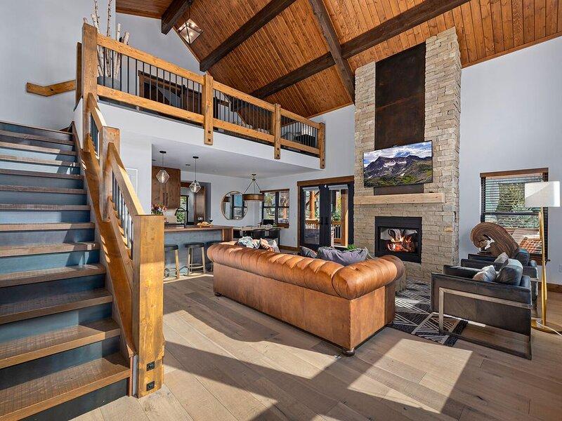 Stylish Cabin- Enjoy the fresh air of Lake Estes, Indoor/Outdoor Fireplace, Priv, alquiler de vacaciones en Glen Haven