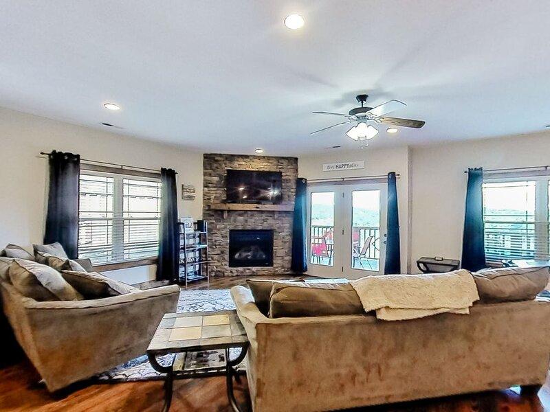 New listing! Beautiful lake view townhouse w/ deck, gas fireplace, dog-friendly, location de vacances à Norris