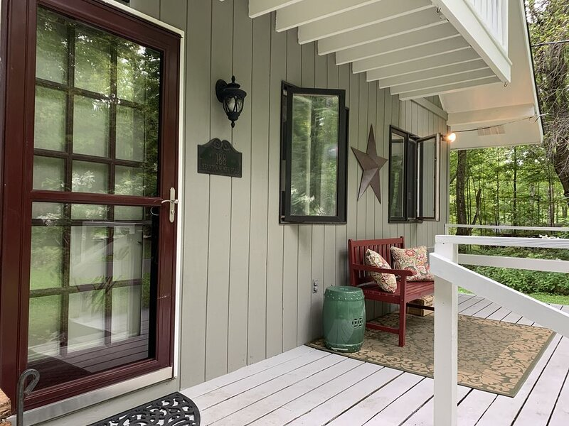 Cozy Monterey Family Chalet, Minutes From Lake & 10 Minutes From Butternut!, location de vacances à Berkshires