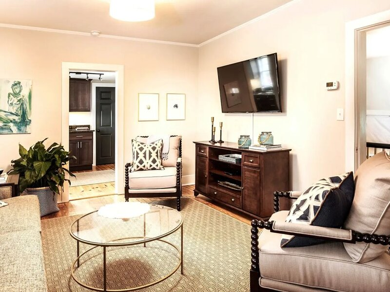 ★ The Inns at 69 Spring - Beautiful 2 BR / 1 BA ★, holiday rental in Charleston