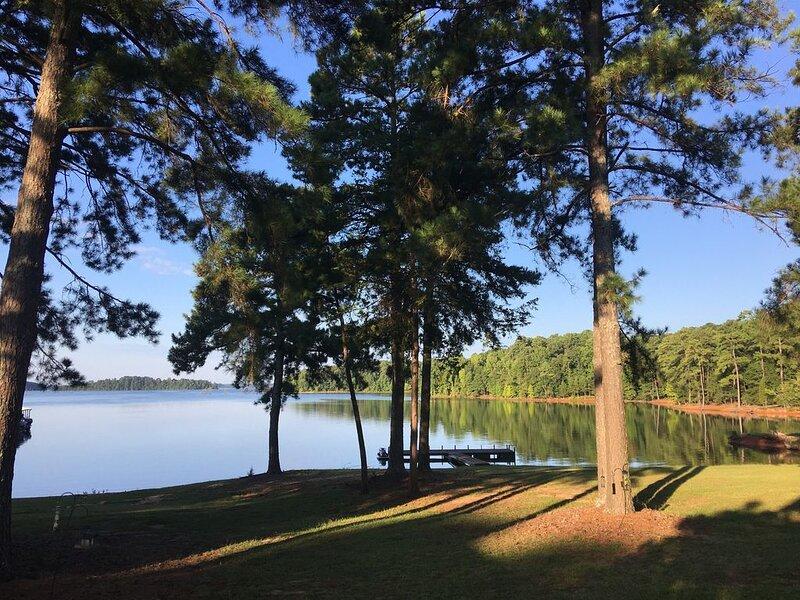 Beautiful Lakefront Villa on Lake Hartwell- Excellent lake view -Very romantic, alquiler de vacaciones en Anderson