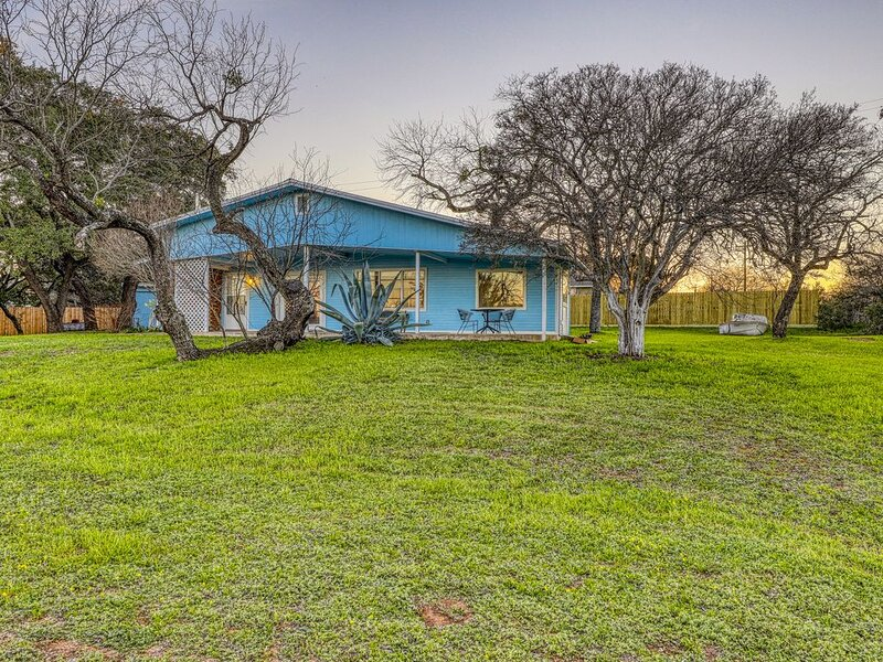 Family-friendly home w/ a fireplace & large front yard - near Inks Lake Park, alquiler vacacional en Burnet