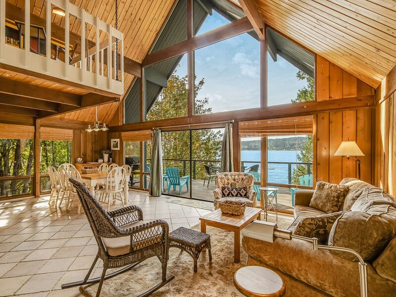 Cozy dog-friendly bayfront home w/ stunning ocean views near the beach!, location de vacances à Bainbridge Island