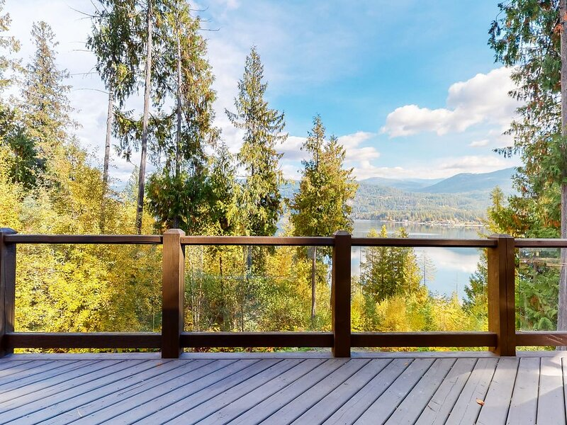 New listing! Lakefront house w/ trail to private dock and lake access, holiday rental in Christina Lake