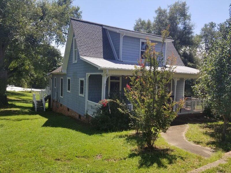 Charming House near Gardner Webb, alquiler de vacaciones en Bostic