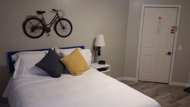 Queen Room 110 - THE LITTLE VILLAGE, alquiler de vacaciones en Madison