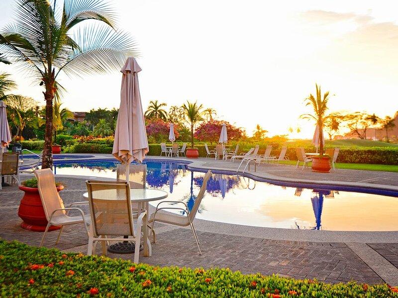Luxury Condo, w/ large balcony located in Del Mar community!, alquiler de vacaciones en Herradura