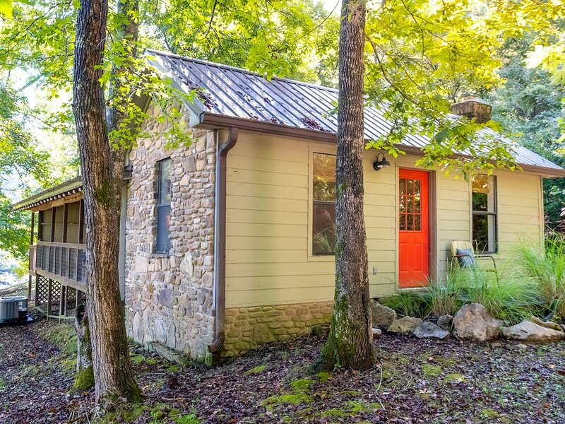 Sylamore Creek Retreat~ with Creek Views, casa vacanza a Mountain View
