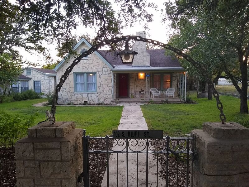 Newly Restored Historical Home in Dripping Springs, aluguéis de temporada em Driftwood