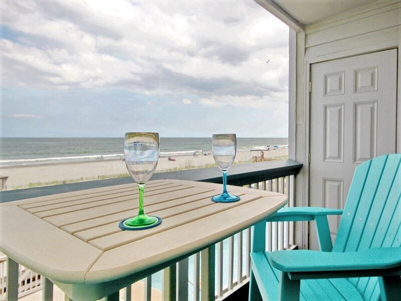 Charming 1st Floor Oceanfront/Beachfront Studio-Amazing Views from the Bed!, vacation rental in Myrtle Beach
