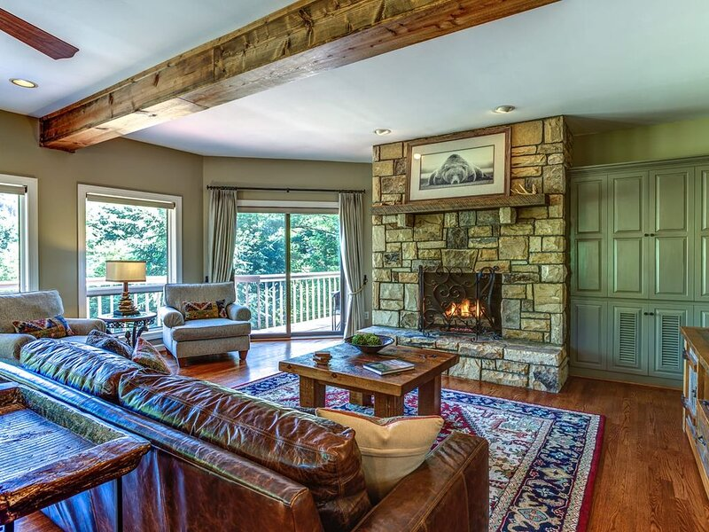 3BR Cottage, Mtn Views, King Suite w/ Jetted Tub, Great Location in Hound Ears G, holiday rental in Boone
