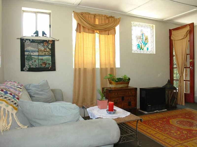 Relax in garden paradise with free hill view, vacation rental in Castro Valley