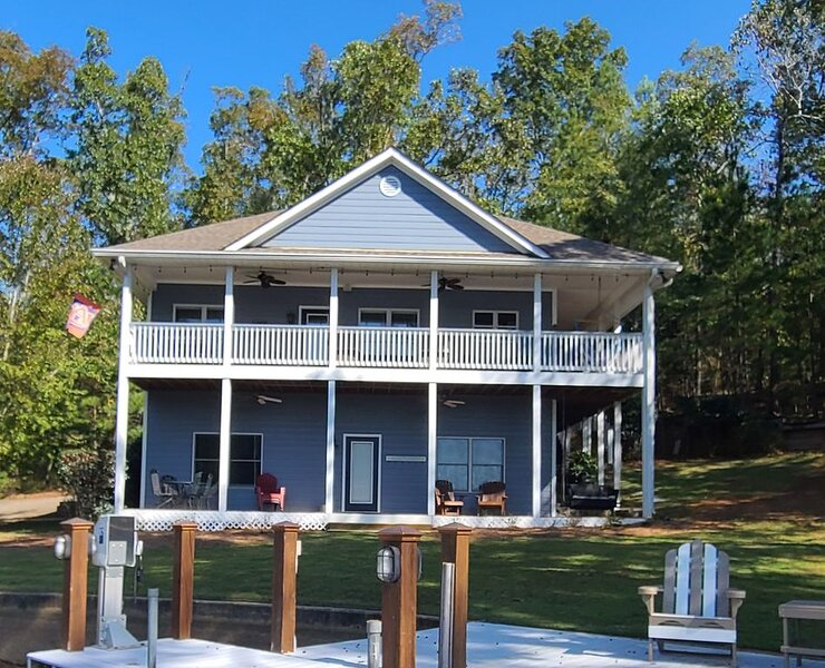 Quiet and secluded family home on Lake Martin! Book your getaway now!, location de vacances à Dadeville