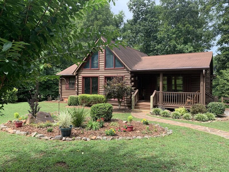 River front log home 3 miles from Tryon Equestrian Center, gated community, alquiler de vacaciones en Bostic