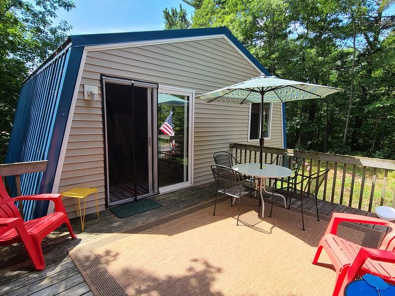 Great Location. Short walk to town/public beach/harbor area. Wifi. Quiet road., holiday rental in Beaver Island