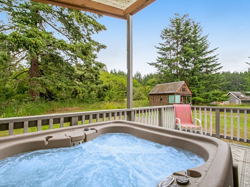 Bright cottage w/ gas fireplace & private hot tub - walk to marina & beach!, vacation rental in Orcas