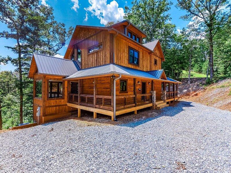 New listing! Gorgeous home w/ a wraparound deck, private hot tub, & full bar, location de vacances à Epworth
