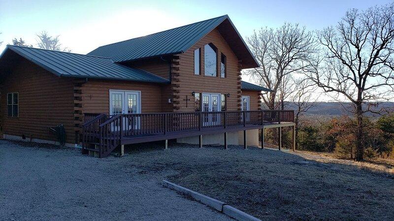 Huckleberry Ridge Log Cabin in Eureka Springs, holiday rental in Eureka Springs