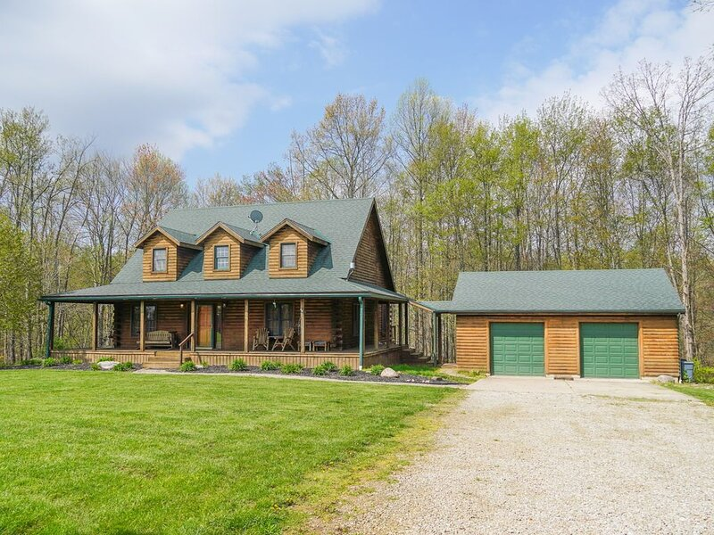 Secluded Cabin on 15 Acres in Hocking, casa vacanza a Kingston