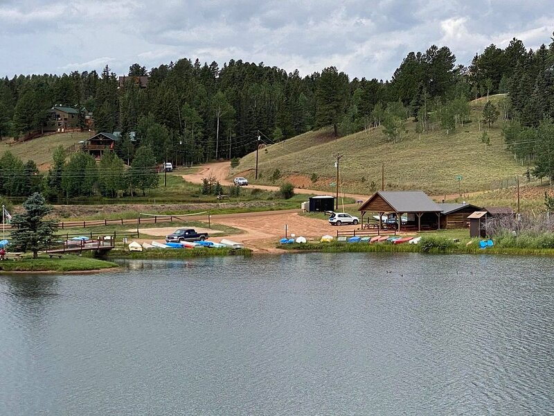 *Gorgeous 3bdrm Cabin Sleeps 12 on a Private Lake*, vakantiewoning in Divide
