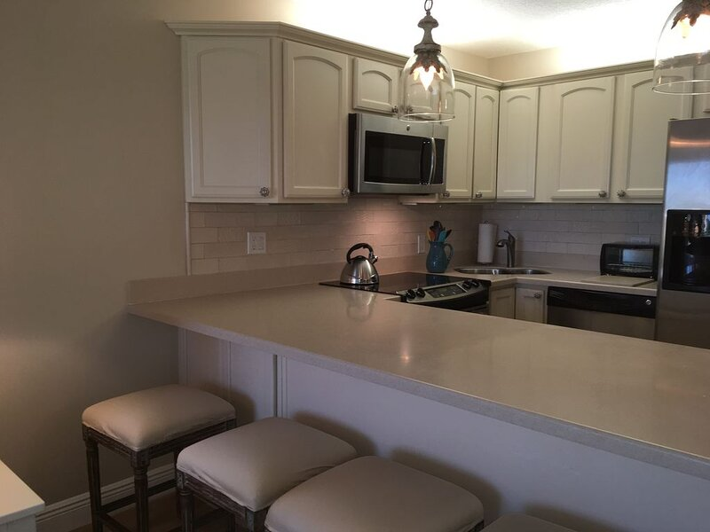 Luxurious 1 BR corner unit in Ocean Village! Steps to the ocean!, holiday rental in Fort Pierce