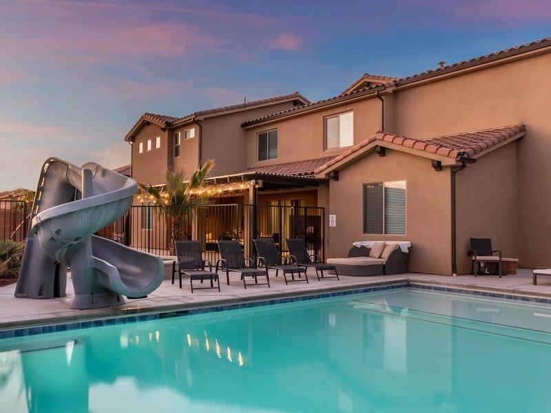 Sleep 43! Private Pool * Hot Tub * Sports Court * Theater * Putting Green, casa vacanza a Santa Clara