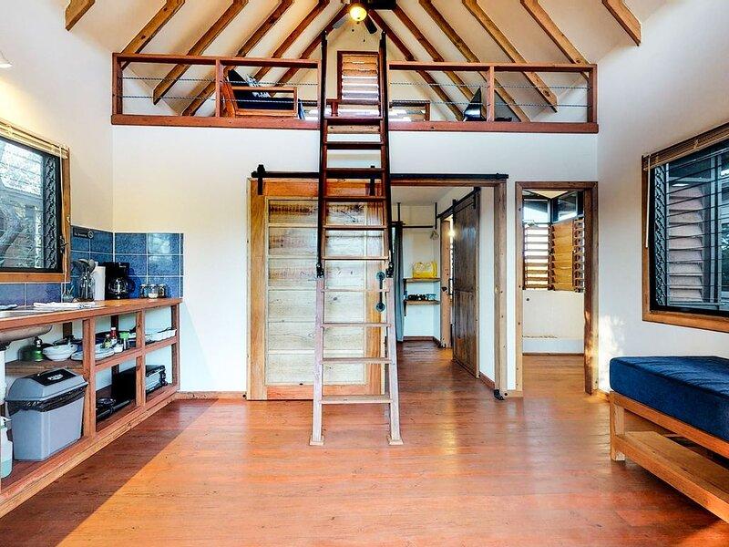 Romantic cabana w/ veranda, hammock, partial AC & WiFi - walk to the beach!, aluguéis de temporada em Seine Bight Village