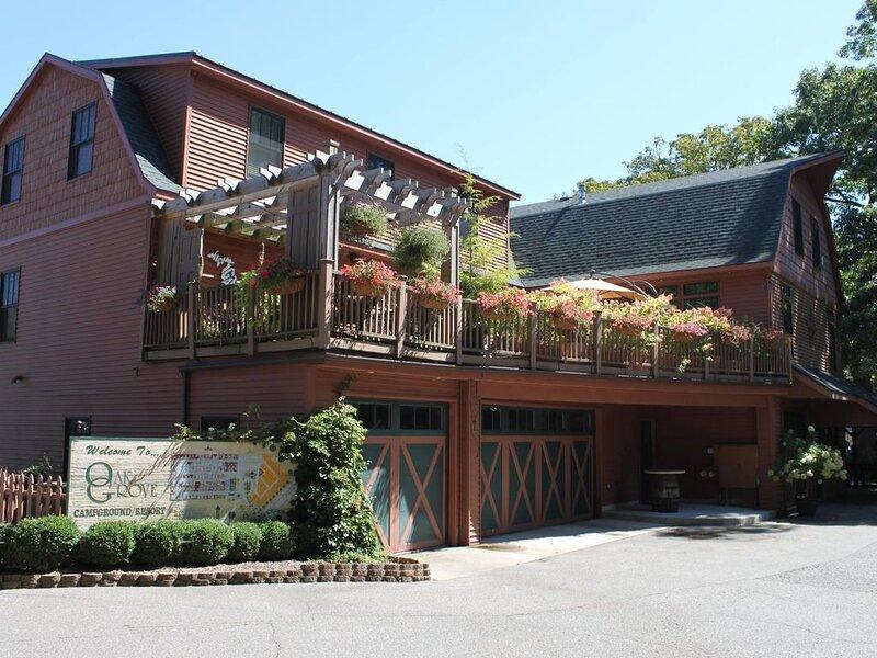 'The Barn' At Oak Grove Resort....Sleeps 18.....AMAZING Bunk Room....New Listing, alquiler vacacional en Holland