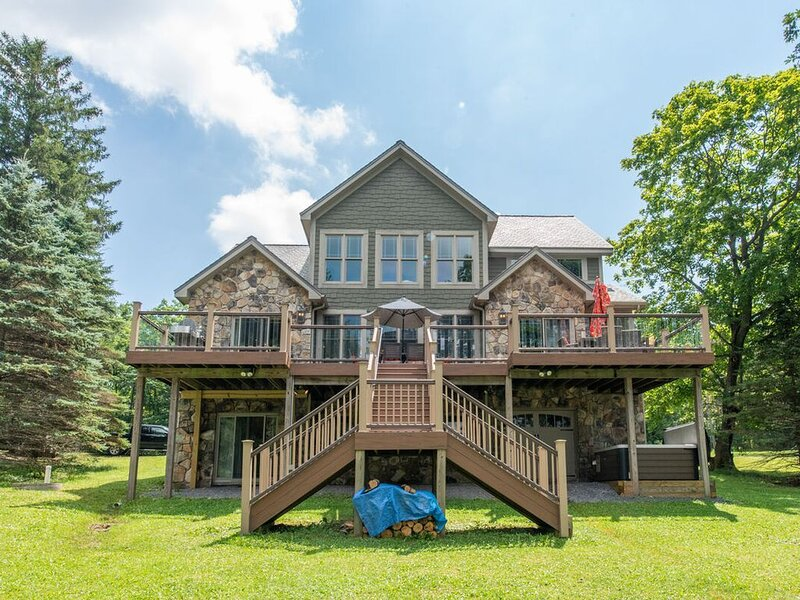 NEW! Lakefront Home w/Private Dock, Central A/C, & Pool Table!, holiday rental in Mount Storm
