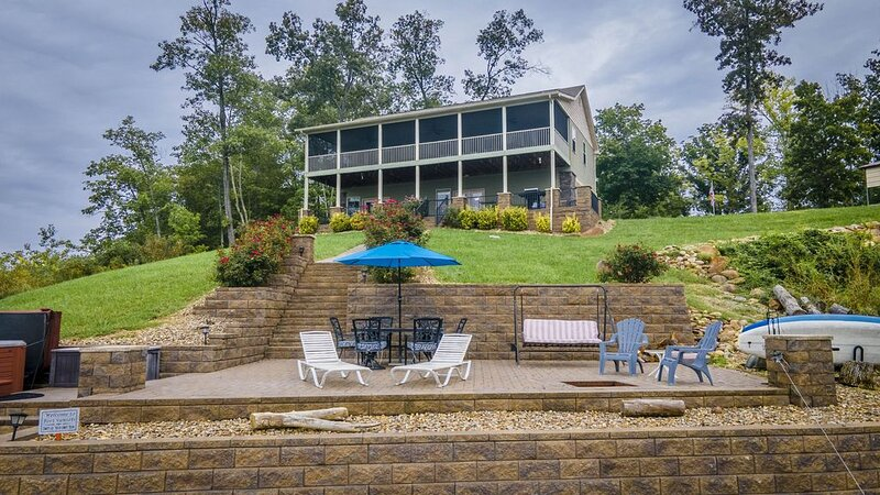 Lakefront w/ Best Sunsets Views Hot Tub, HUGE Outdoor Spaces w/Fire Pit, WIFI, holiday rental in Dandridge