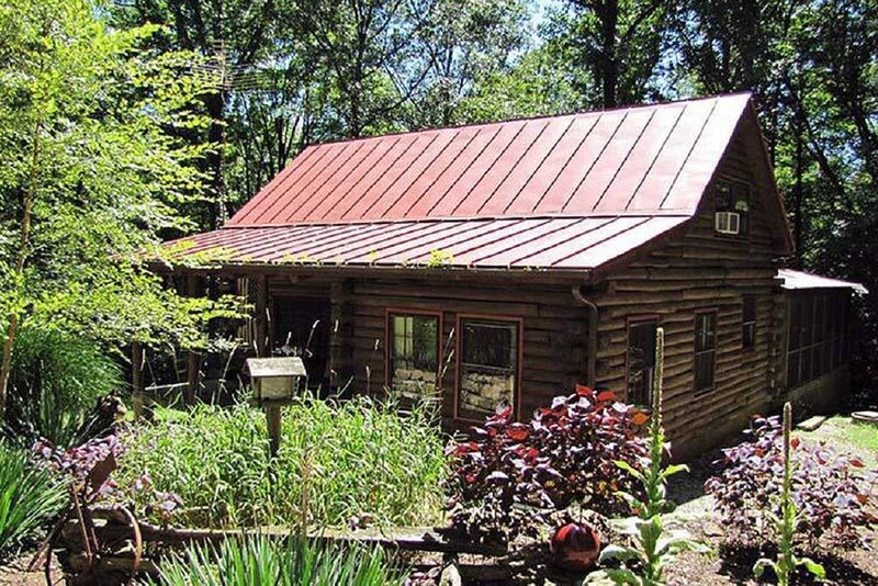 The Cabin in the Pines is the perfect secluded getaway!, holiday rental in Morgantown