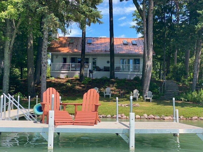 Chain O' Lakes Pleasant Heaven - Sleeps 10+, location de vacances à Saxeville